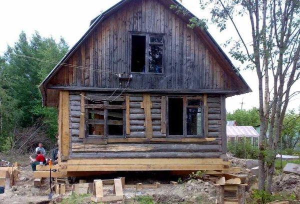 Небольшой дом можно поднимать только на двух углах