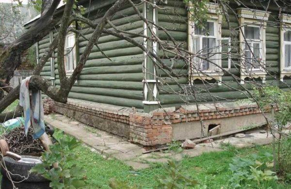 При проблемах с фундаментом выход - поднять деревянный дом и провести замену или реконструкцию основания