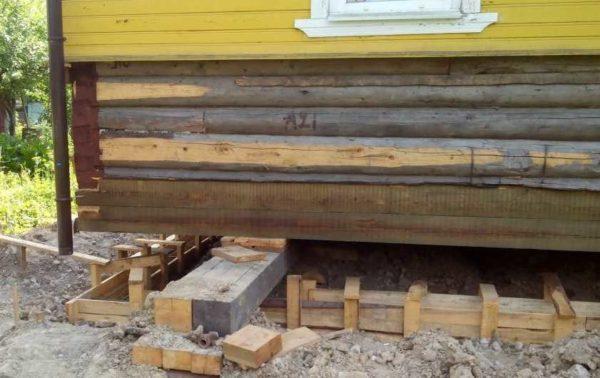 Поднимают деревянный дом чаще всего чтобы провести реконструкцию или замену фундамента