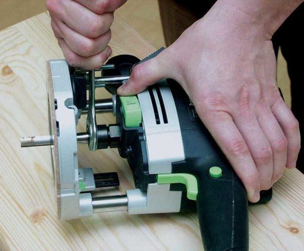 Работа ручным фрезером по дереву и другим материалам начинается с установки фрезы