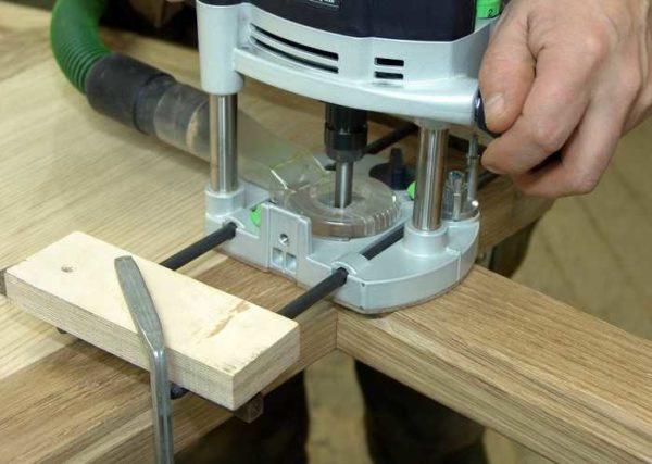 Одна из моделей - с подключенным пылесосом для удаления стружки