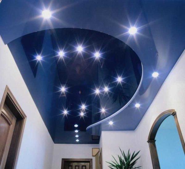 Лучший вариант - светодиодные лампы. Они не греются и свет не попадает в запотолочное пространство