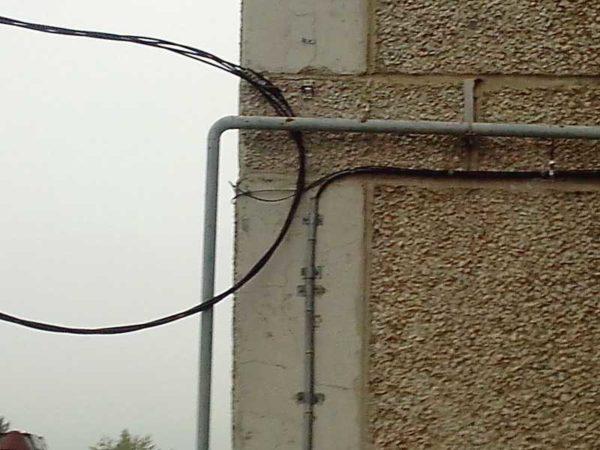 Прокладка кабеля в трубе. Крепят трубу, а кабель только по выходу из нее к стене