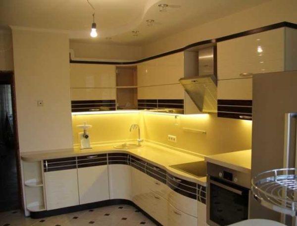 Подсветка рабочей зоны на кухне линейными светильниками