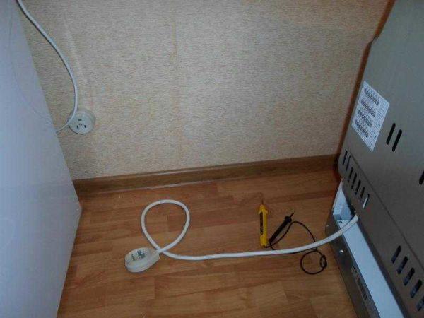 В некоторых случаях к духовому шкафу уже подсоединен сетевой шнур с вилкой