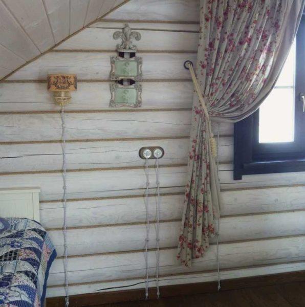 Пример разводки снизу - кабель идет под чистовым полом в металлическом коробе, по стенам поднимаются только витые шнуры к месту установки розеток и выключателей