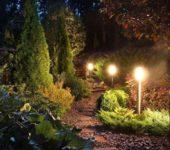Подобное освещение можно сделать при помощи обычных светильников и протянутого между ими кабеля или установив светильники на солнечных батареях