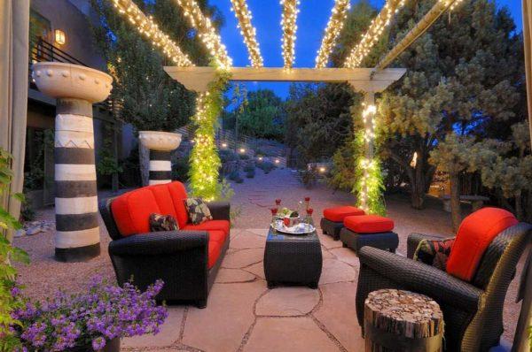Декоративное освещение придает саду и двору особую прелесть