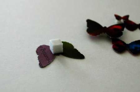Если прикрепить бабочку на кусочек поролона, декор будет еще более объемным