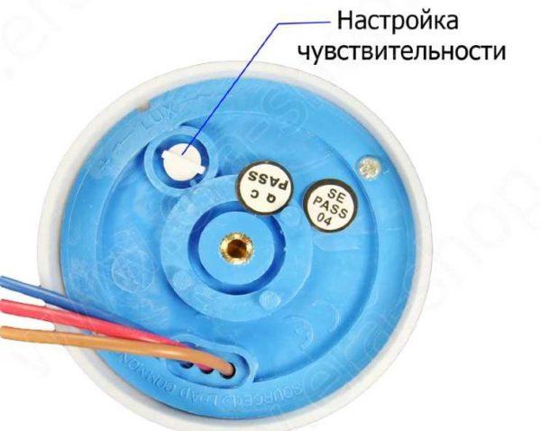 Найдите на корпусе подобный регулятор - им подстраивается чувствительность фотореле