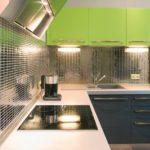 Зеркальная мозаика на стенах кухни - вариант для стиля хай-тек