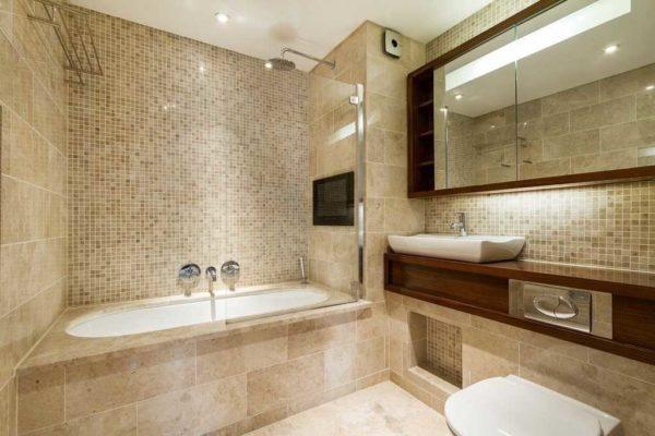 Комбинация плитки и мозаики - отличный вариант отделки ванной