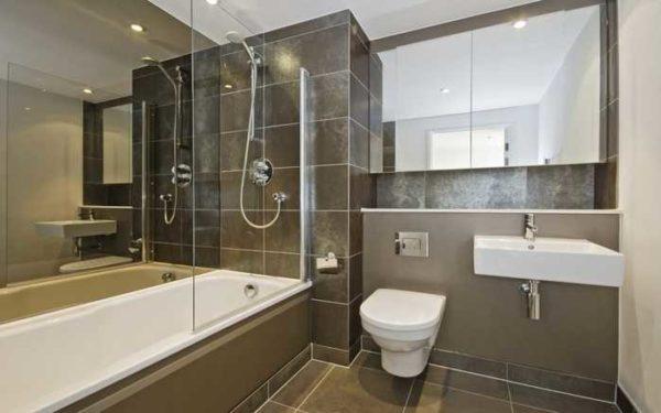 Плитка в ванной может быть уложена по-разному