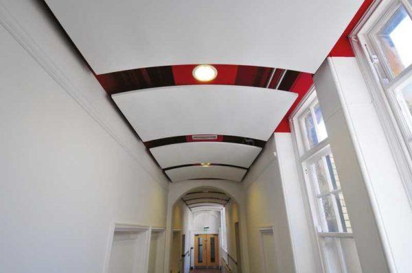 Даже длинный коридор выглядит нескучным