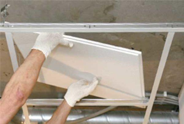 Установка плит в систему подвесных потолков Армстронг