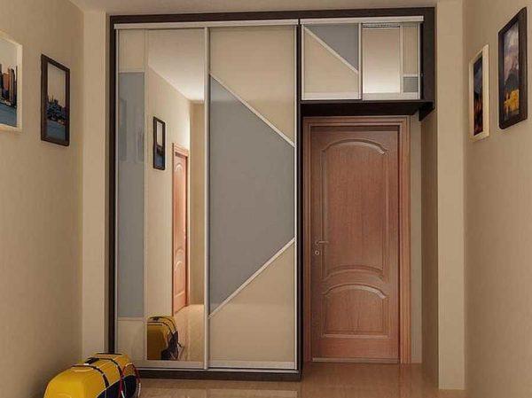 Использовать даже пространство над дверьми - хорошая идея для маленькой прихожей
