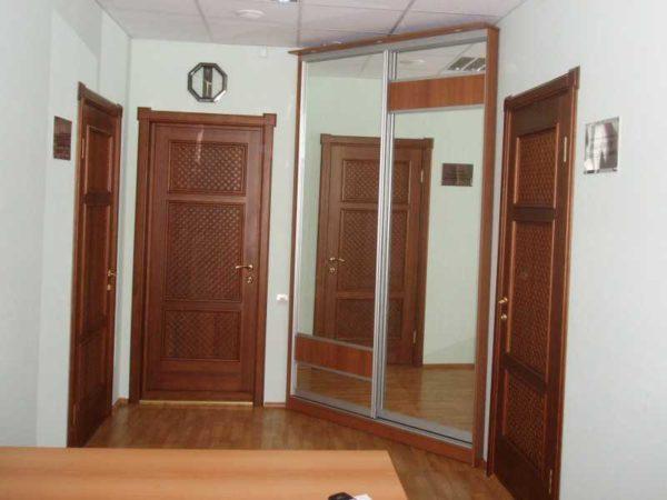 Один из вариантов углового шкафа купе в прихожей - между двумя дверьми