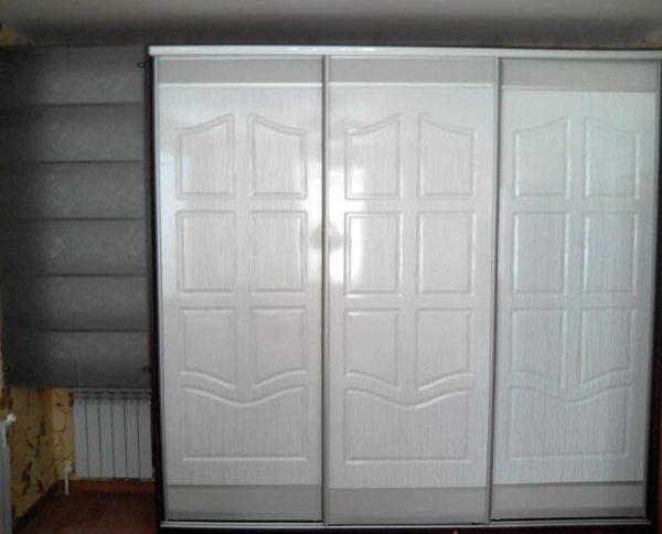 МДФ позволяет сделать шкаф купе с дверками непохожего дизайна