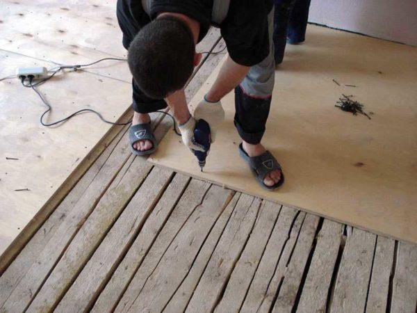 Перед тем как укладывать линолеум на деревянный пол, лучше выровнять его фанерой или ОСП
