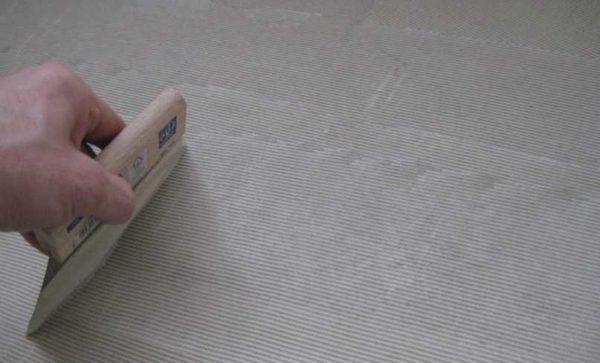 Как наносить клей для укладки половой плитки ПВХ