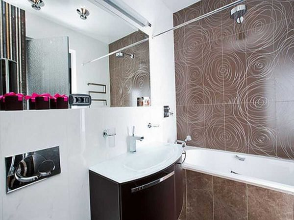 Ванна от стенки до стенки,, на оставшемся месте - раковин