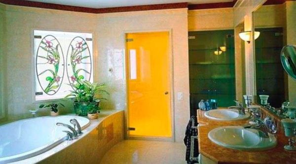 Стеклянные двери могут быть цветными