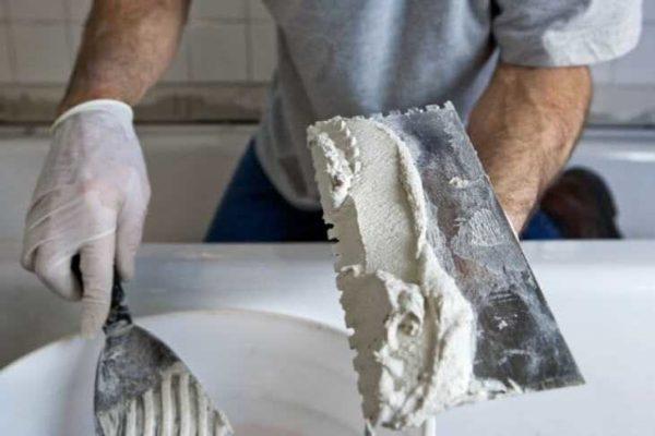 Наносить на потолок шпаклевку надо тонким слоем