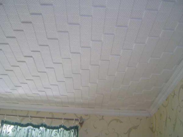 После того как наклеите потолочную плитку получите примерно такой результат