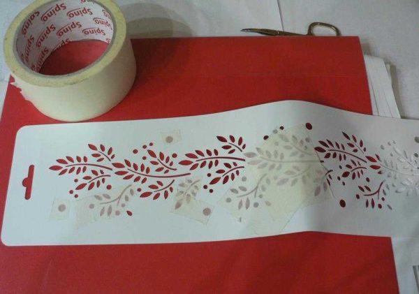 Для получения двухцветного рисунка часть прорезей закройте скотчем