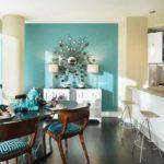 Одна стена кухни покрашена в другой цвет