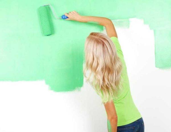 Покраска стен на кухне: краска наносится тонким слоем