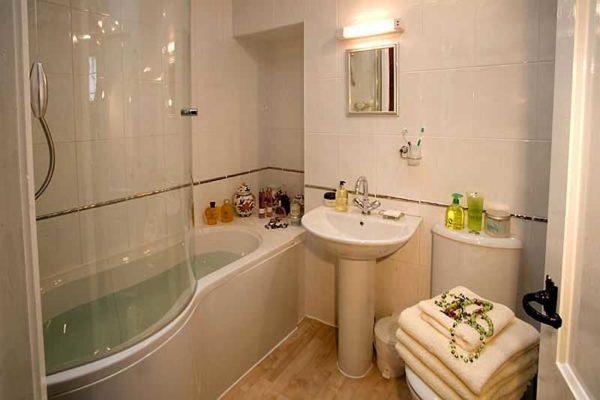 Один из вариантов - поставить душевую кабину с глубоким поддоном или просто на ванную установить стеклянные двери
