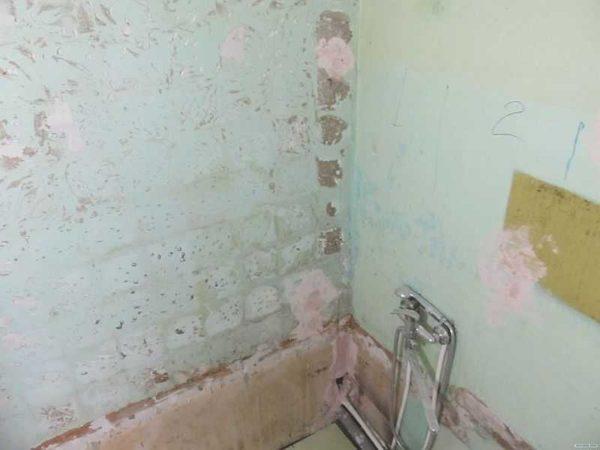 Вот с такого состояния обычно начинается ремонт ванной комнаты в хрущевке