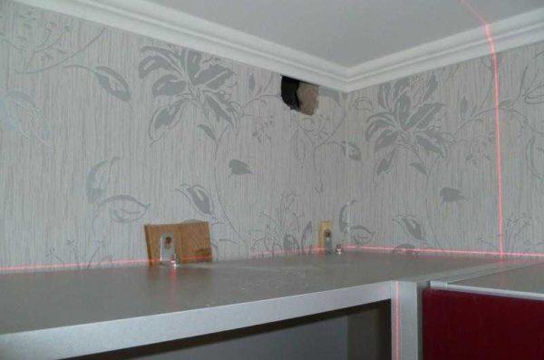 Кухонные шкафы навешены на уголки с подкладками - чтобы компенсировать разницу в толщине фартука
