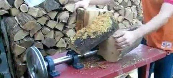 Конусный дровокол ускоряет заготовку дров