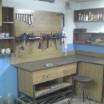 Разместить рабочий стол в углу гаража, а рядом поставить диван - чем не решение проблемы
