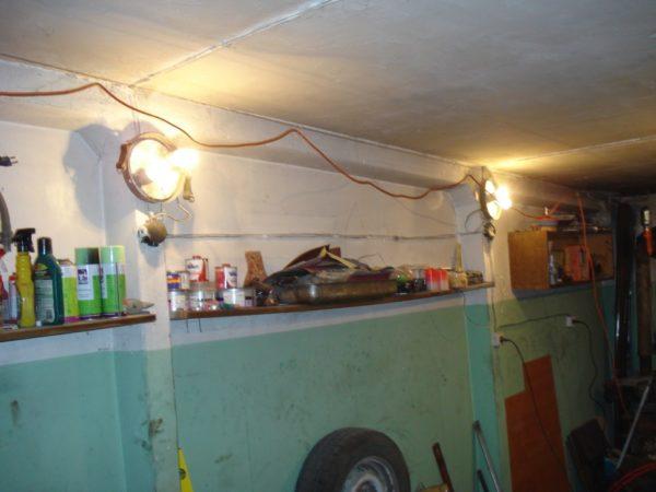 На кольцах к тросу подвешиваем кабель от переноски