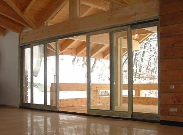 Раздвижные входные пластиковые двери - отличный способ оформить выход на террасу, в сад на задний двор