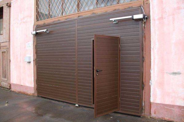 Двери в плоскости разборных ворот - комфортно а очень дорого
