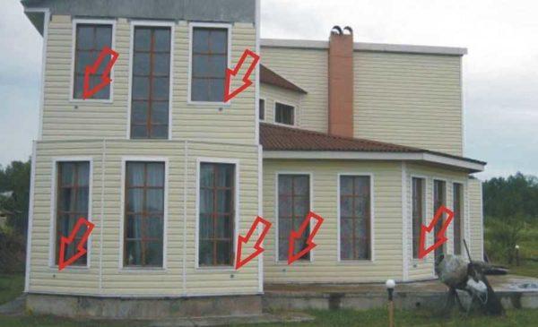 Такие отверстия на фасаде оставляют приточные клапана/рекуператоры
