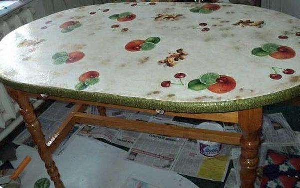 Превратить старый стол в новый и очень необычный - это под силу декупажу