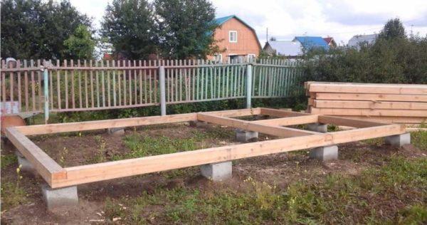 Вот на таких блоках обычно и ставят деревянный и каркасные курятники