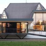 Высокие окна отлично сочетаются с современным стилем