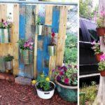 Основой для вертикального цветника может стать даже старое сухое дерево