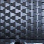 Если геометрический рисунок покрасить краской с металлизированным эффектом, удачно подобрать подсветку, интерьер будет незабываемым