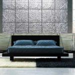 Узорное стекло на гладкоокрашенной стене дает интересный результат
