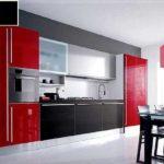 Даже в кухне красный присутствует как сопутствующий, но не основной