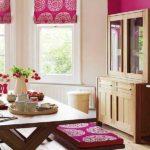 Вариант сочетания светло-коричневой мебели с текстилем цвета фуксия