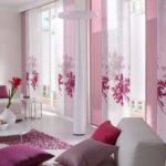 Чтобы протестировать цвет фуксия в интерьере, добавьте несколько деталей этого цвета: шторы, покрывала, диванные подушки, элементы декора