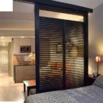Вариант полупрозрачной перегородки для зонирования гостиной спальни